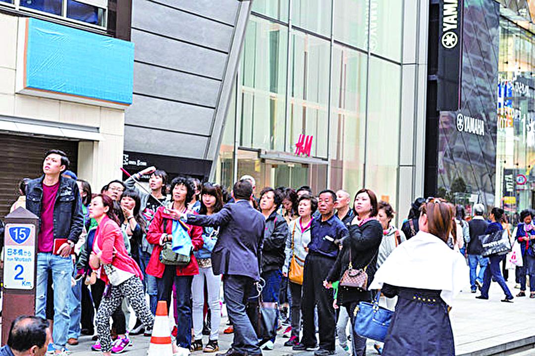 據悉,到日本的中國遊客,平均消費比其他外國遊客高出一倍。圖為在東京銀座觀光購物的中國遊客。(大紀元)