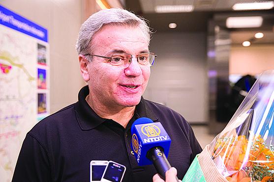 神韻交響樂團指揮納切夫接受媒體訪問。( 陳柏州/大紀元)