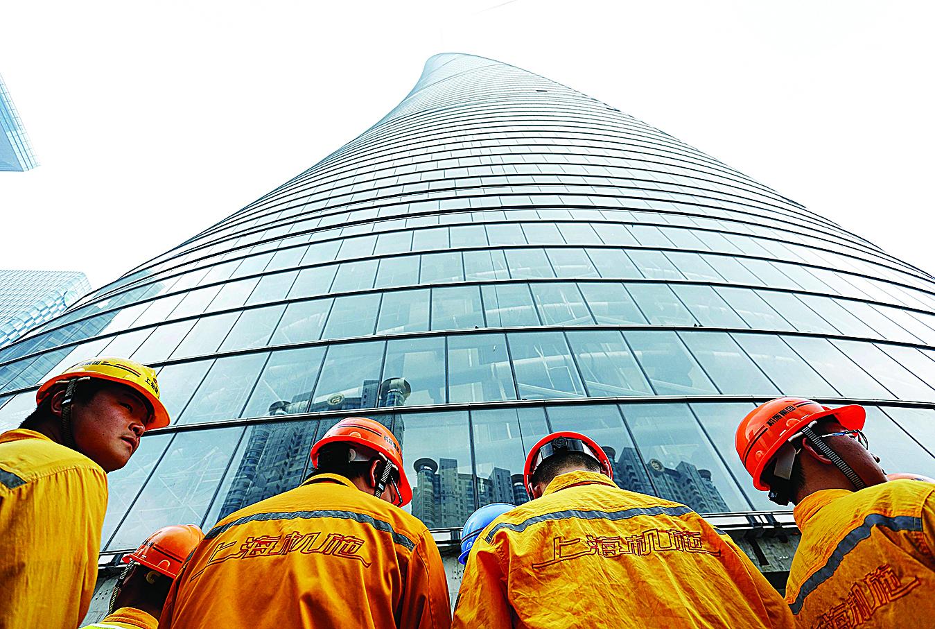 圖為工作中的上海國企建築工人。(Getty Images)