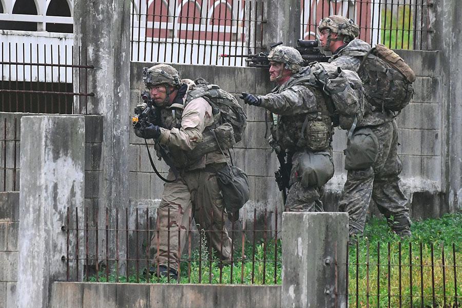 美國軍方表示,美國有避免南韓受到北韓反擊的對朝軍事方案。大紀元盤點了美軍有五種這樣的方法。圖為美韓聯軍9月19日在距離首爾東北約70公里的地區進行軍事演習。(ED JONES/AFP/Getty Images)