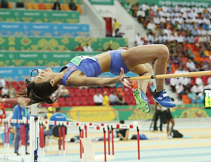 楊文蔚在女子跳高比賽中跳出1米83的成績獲銅牌,為自己賀壽。(香港奧委會提供)