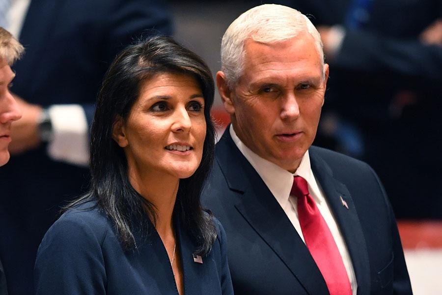 9月20日,美國副總統彭斯(右)和美駐聯合國大使黑利在紐約出席聯合國安理會關於維和任務的會議。(TIMOTHY A. CLARY/AFP/Getty Images)
