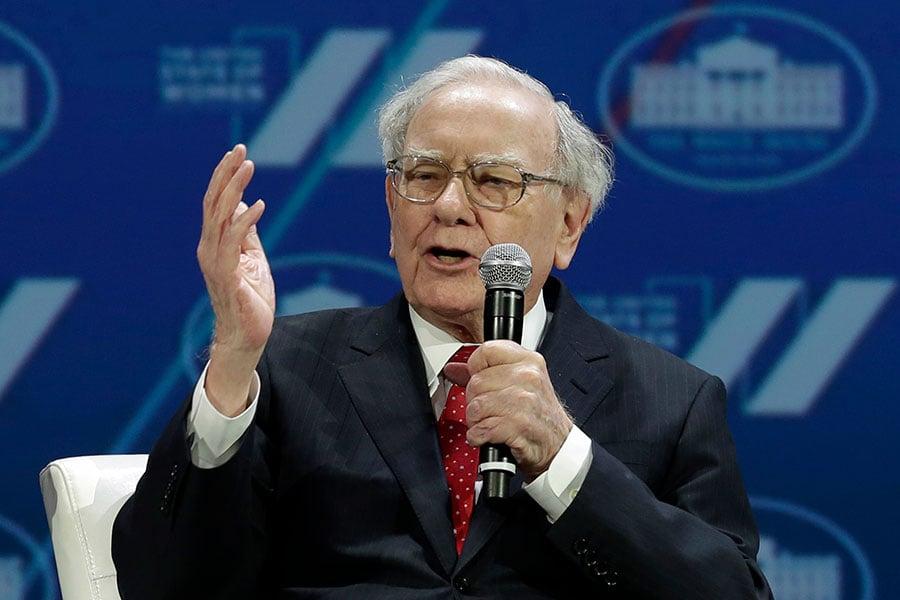 億萬富翁巴菲特對美國的長期前景保持樂觀,他表示,道瓊斯指數100年後將超過100萬點。(AFP/YURI GRIPAS)