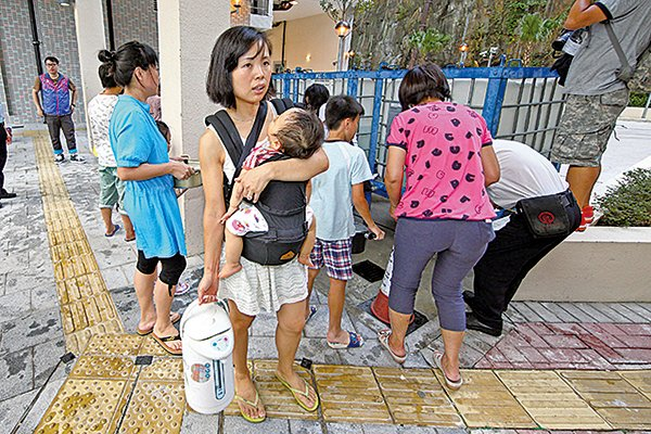 2015年食水含鉛風波,一度導致公共屋邨等出現居民到街上輪候取水的情景。(大紀元資料圖片)