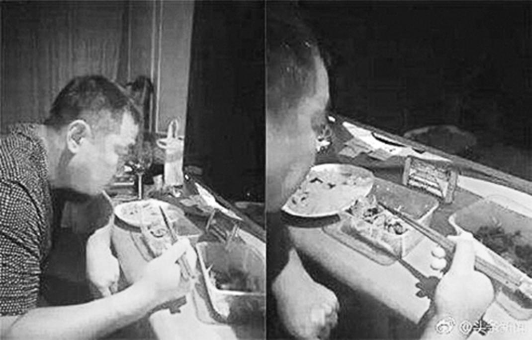 近日,前國乒總教練劉國梁一邊吃飯一邊用手機觀看全運會國乒賽的照片曝出。網民紛紛表示,看著心酸。(網絡圖片)