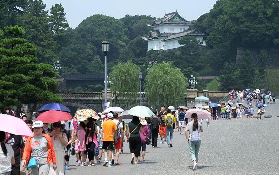 東京皇居前的中國遊客。(KAZUHIRO NOGI/AFP/Getty Images)