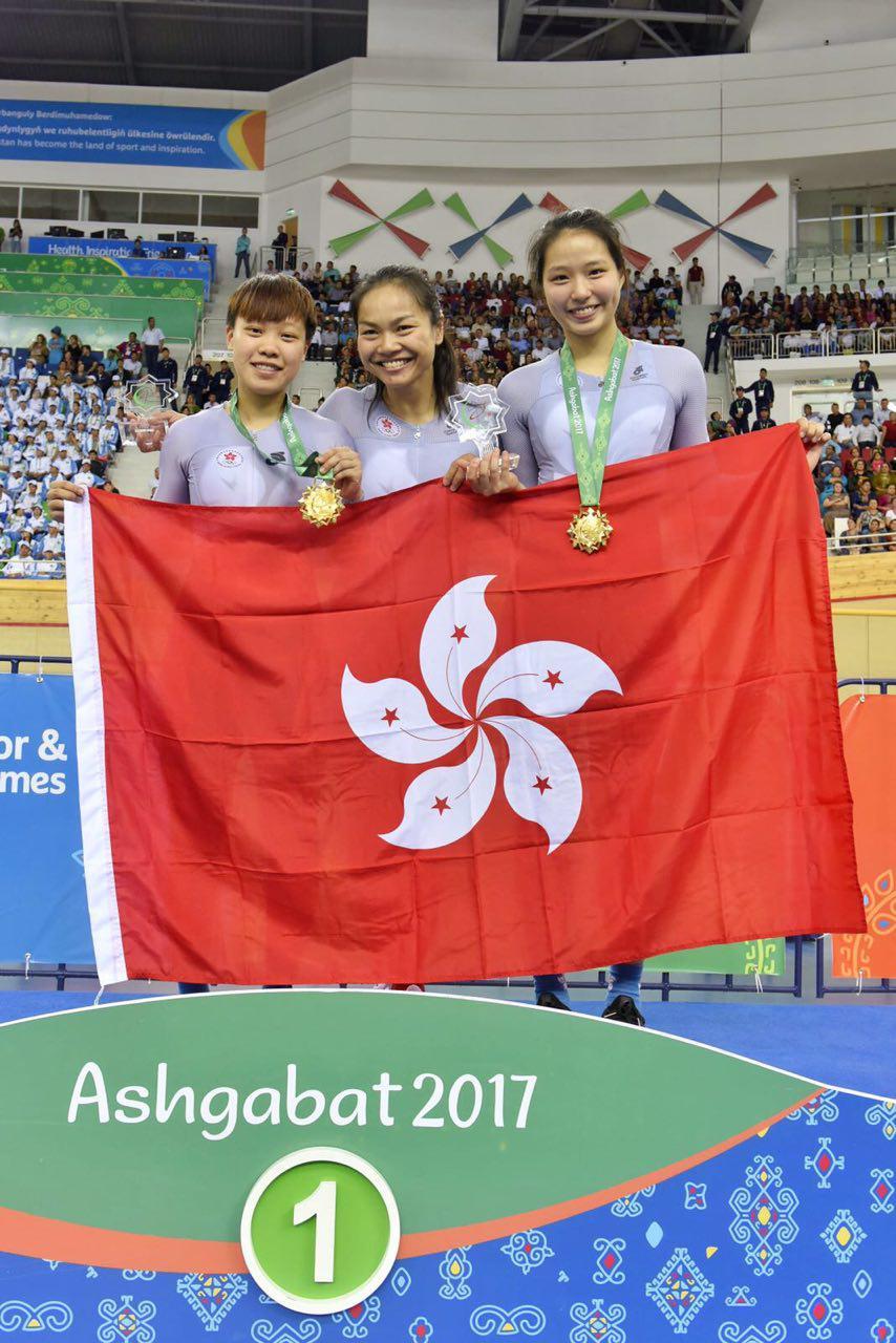 李詩慧與李燕燕及馬詠茹在場地單車女子團體賽奪得金牌,是港隊在單車項目中的第2面金牌。(香港奧委會)
