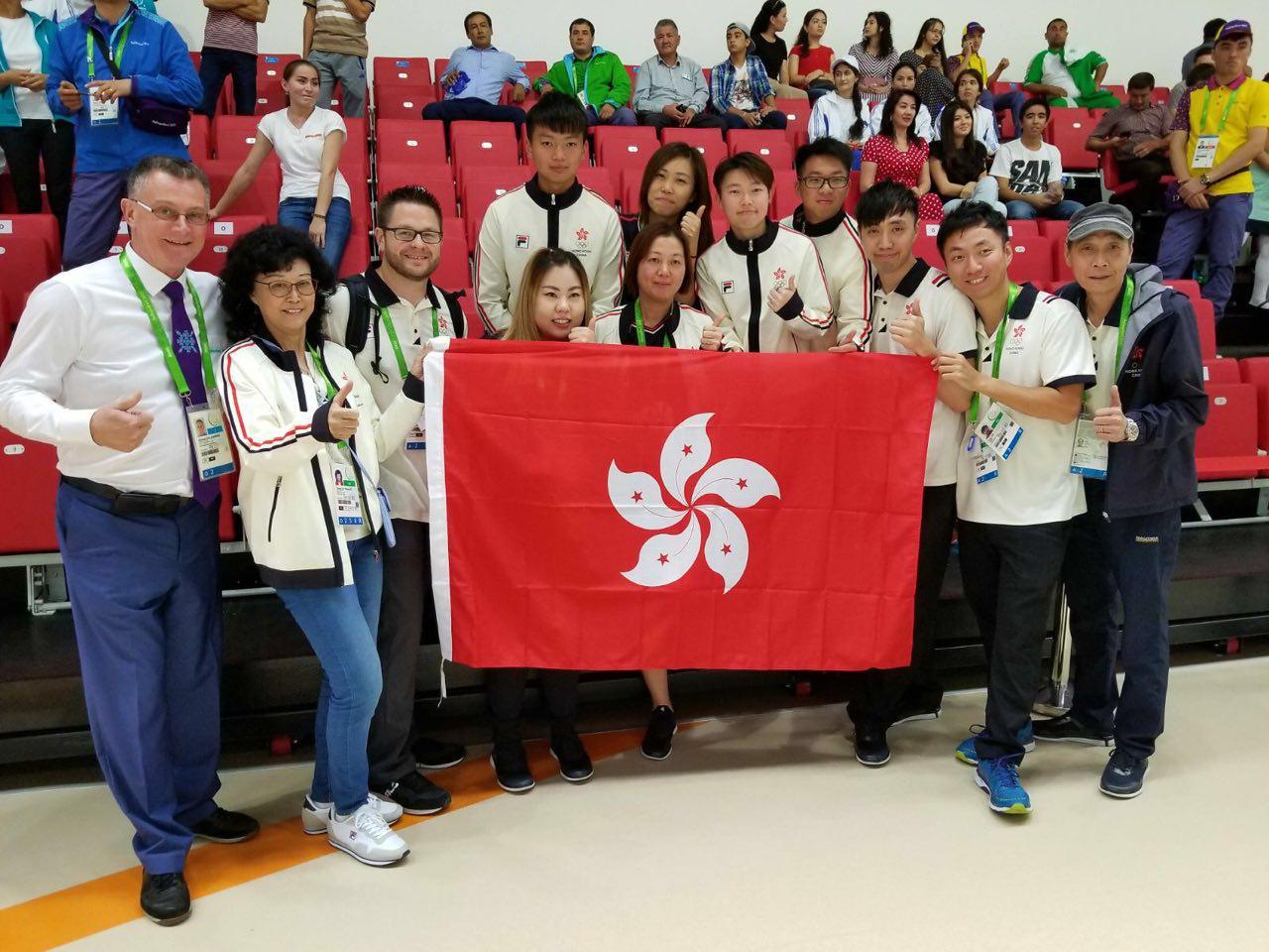 香港保齡球總會主席劉掌珠(左二)表示,賽前一直看好謝晉軒,並讚他打得穩,各方面表現都好。(香港保齡球總會提供)