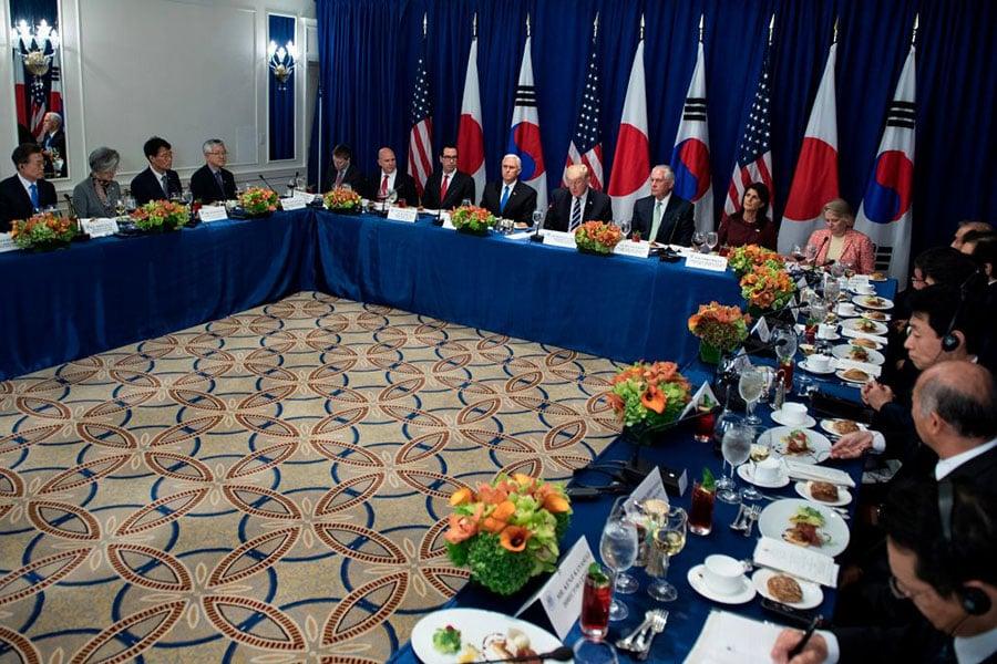 周四(9月21日)美國總統特朗普率政府高官與美韓領導人共進午餐。(BRENDAN SMIALOWSKI/AFP/Getty Images)