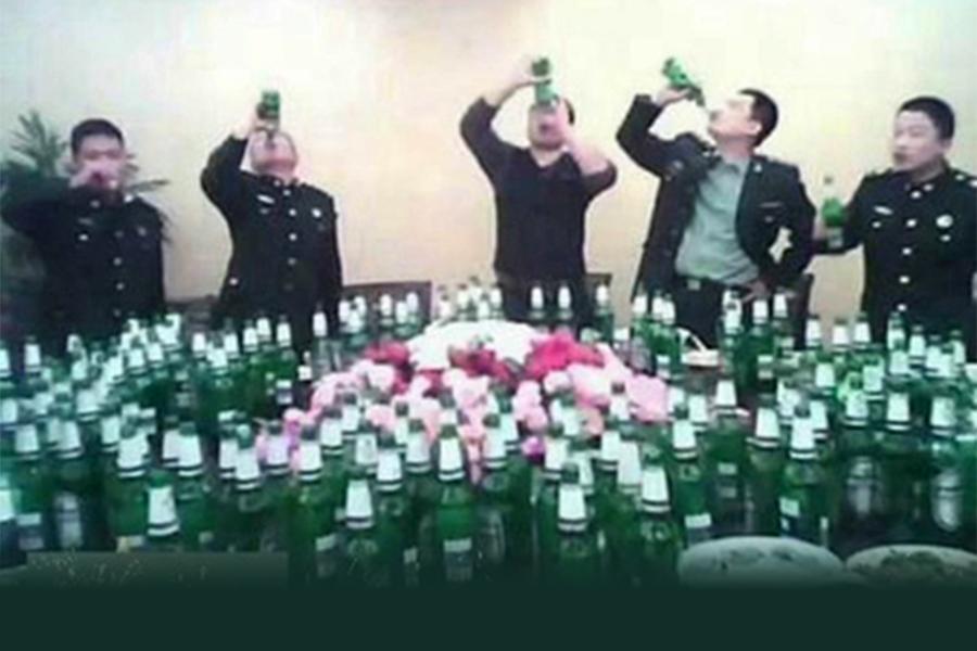 中共軍隊被指從上到下一腐敗透頂,外界認為,中共軍隊最腐敗時期是江澤民掌權後為了收買軍心所致。圖為中共軍人豪飲。(網絡圖片)