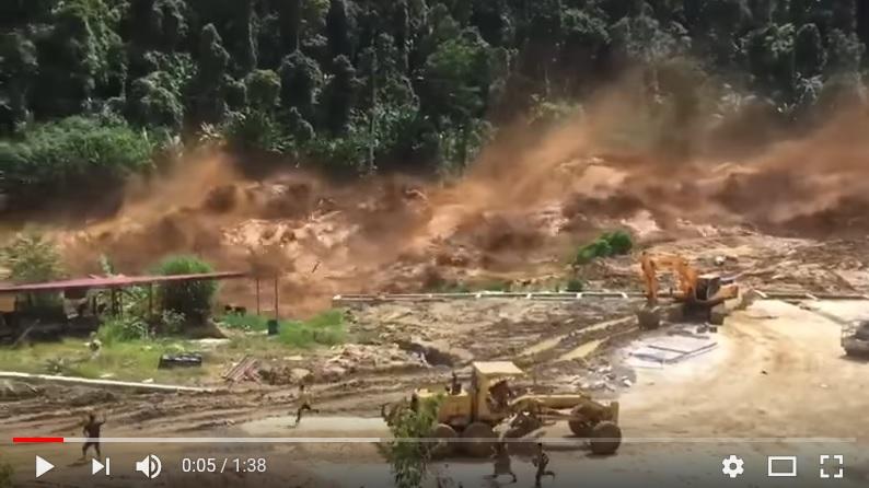 老撾南烏水庫(Nam Ao Dam)發生潰堤事故,大量泥水傾瀉而下,場面驚險。(視像擷圖)