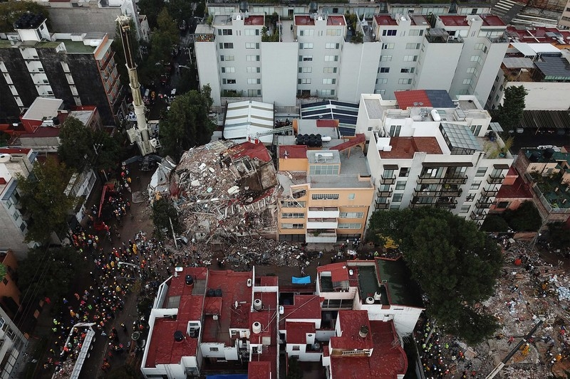 墨西哥首都墨西哥市9月19日發生7.1級強震。搜救團隊21日在一棟倒塌的建築內尋找生還者。(安納杜魯新聞社提供/中央社)