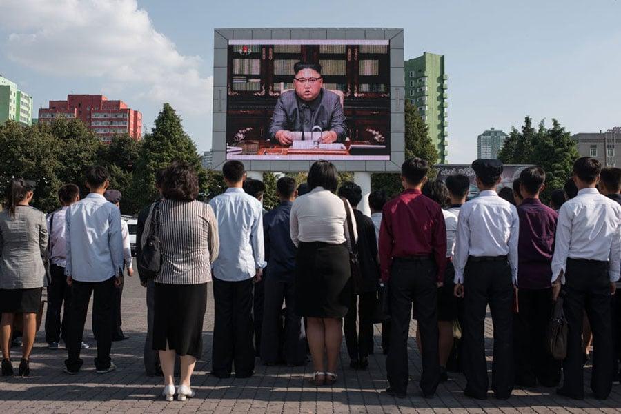 北韓核武威脅升級,各國莫不關注戰爭似乎一觸即發的朝鮮半島局勢。然而,距離全球最危險的兩韓邊界僅35英里的首爾,卻是夜夜燈火通明,南韓人心裏似乎不存在危險人物金正恩。(ED JONES/AFP/Getty Images)