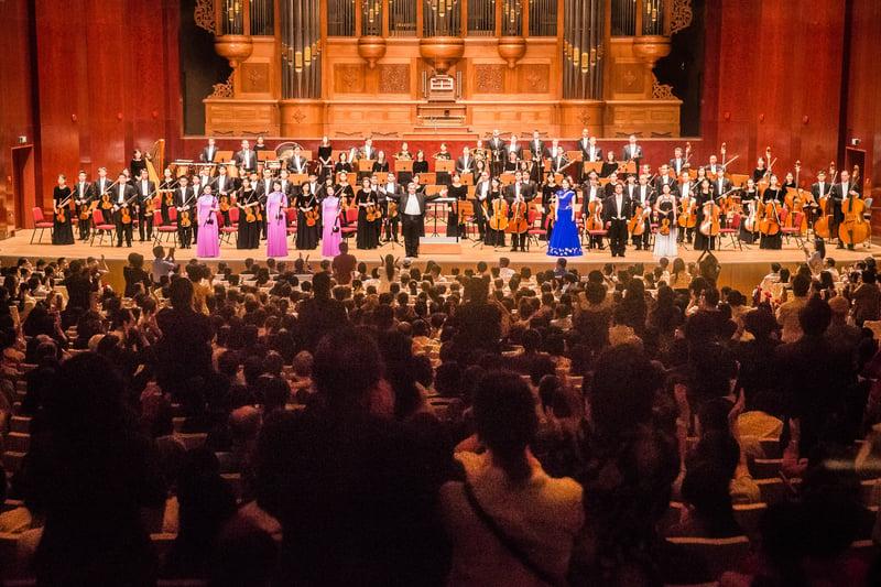 2017年9月22日晚,神韻交響樂團於國家音樂廳舉行演出。指揮米蘭・納切夫帶領所有藝術家們謝幕,售票百分百,爆滿的觀眾不斷喊安可,掌聲不斷。(陳柏州/大紀元)