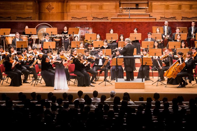 2017年9月22日晚,神韻交響樂團於國家音樂廳舉行演出。圖為小提琴演奏家鄭媛慧在演奏。(陳柏州/大紀元)