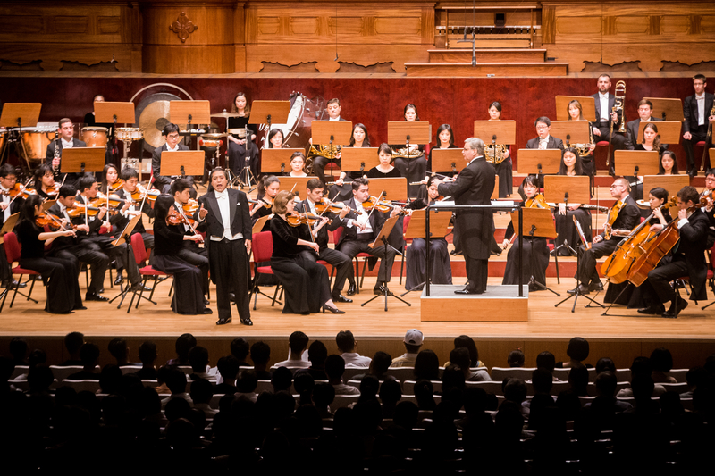 2017年9月22日晚,神韻交響樂團於國家音樂廳舉行演出。圖為男高音歌唱家天歌在演唱。(陳柏州/大紀元)