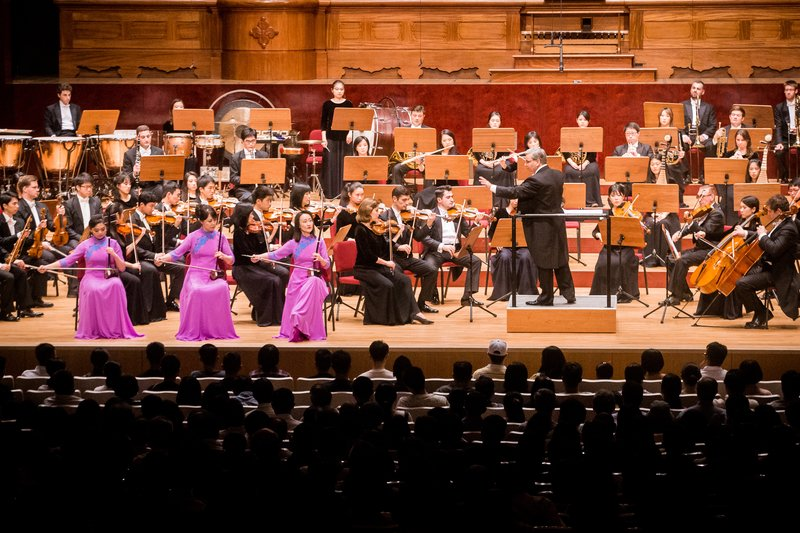 2017年9月22日晚,神韻交響樂團於國家音樂廳舉行演出。圖為二胡演奏家戚曉春、孫璐與王真的演出。(陳柏州/大紀元)