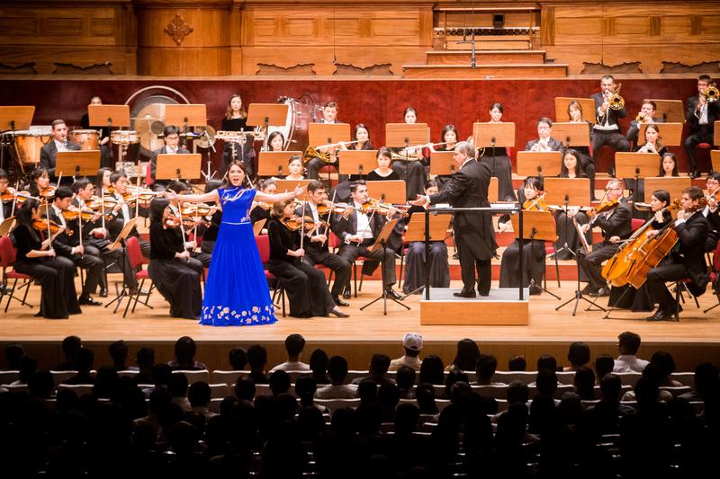 2017年9月22日晚,神韻交響樂團於國家音樂廳舉行演出。圖為女高音歌唱家耿皓藍的演出。(陳柏州/大紀元)