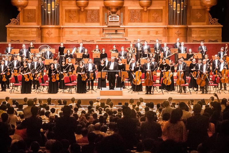 2017年9月22日晚,神韻交響樂團於國家音樂廳舉行演出。指揮米蘭・納切夫在演出最後一首安可曲前,在觀眾前搖著白色手帕,似乎在說「我投降啦!再來最後一首!」(陳柏州/大紀元)
