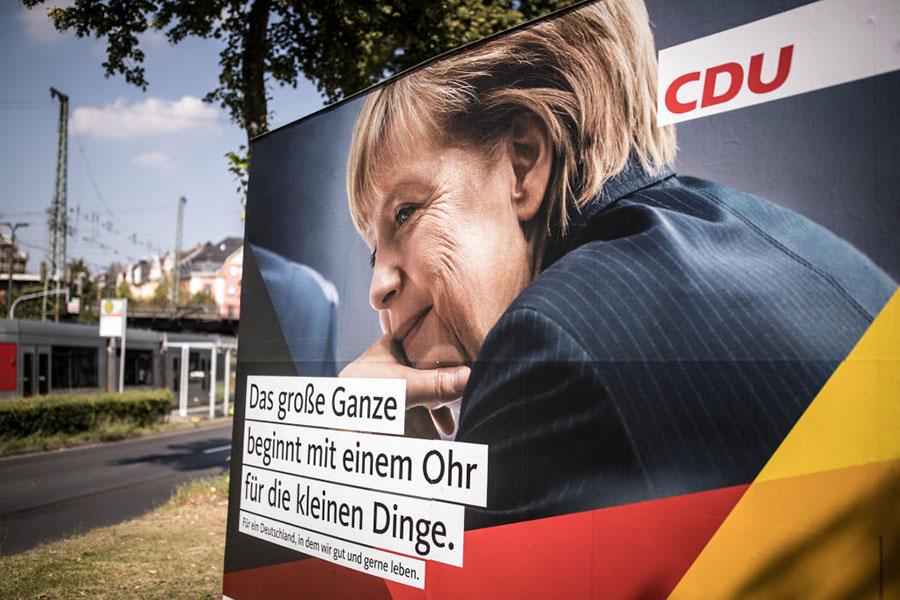德國將於9月24日舉行大選,默克爾陣營承諾在2025年前達至全民就業,興建更多房屋及實施更多稅務寬免。(Maja Hitij/Getty Images)