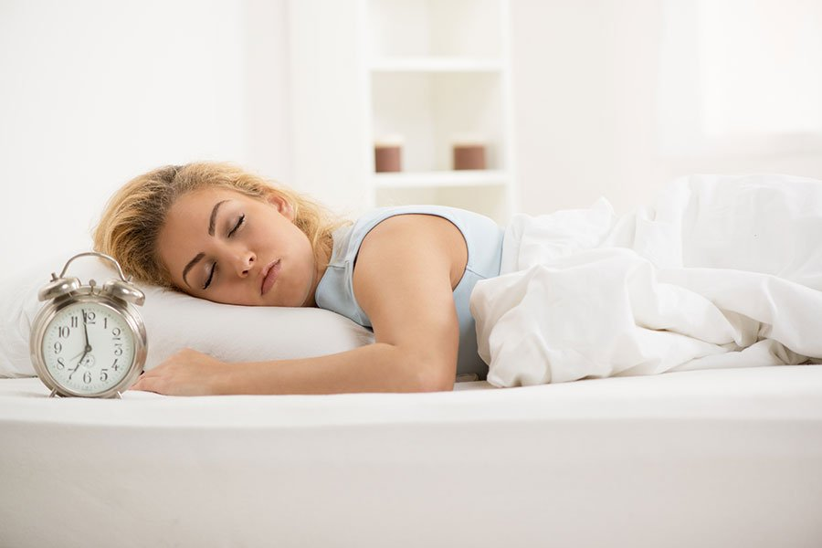 秋季涼爽之時,起居的時間也應作相對應的調整。早臥以順應陰精的收藏;早起以順應陽氣的舒達,避免血栓的形成,確保健康。(Fotolia)