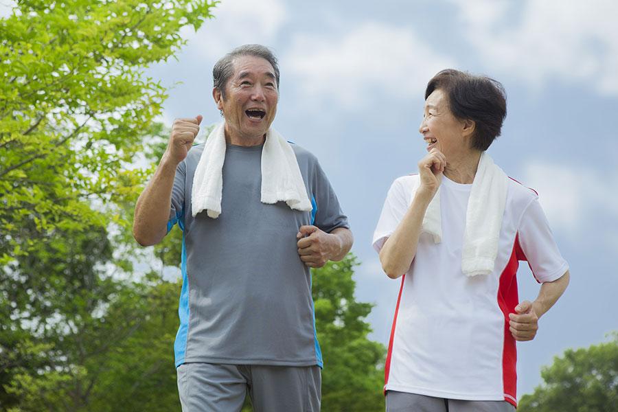 秋季運動量不宜過大,以防出汗過多,陽氣耗損,運動宜選擇輕鬆平緩、活動量不大的項目。老年人可以在公園裏散散步。(Fotolia)