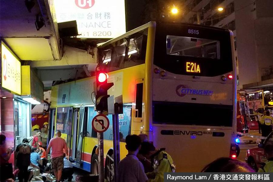 深水埗星期五(22日)晚發生嚴重車禍,一輛城巴疑失控剷上行人路,釀成3死31傷慘劇。(Raymond Lam/香港交通突發報料區)