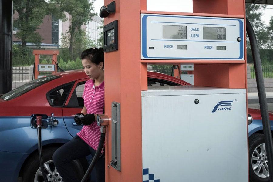 近日北韓油價大幅上漲。圖為2017年7月21日平壤一加油站。(ED JONES/AFP/Getty Images)
