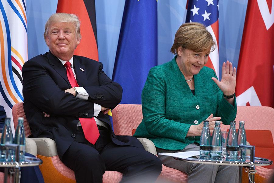 德國總理默克爾與美國總統特朗普在一些國際問題上觀點不同。圖為二人在今年7月份的G20峰會上會晤。(PATRIK STOLLARZ/AFP/Getty Images)