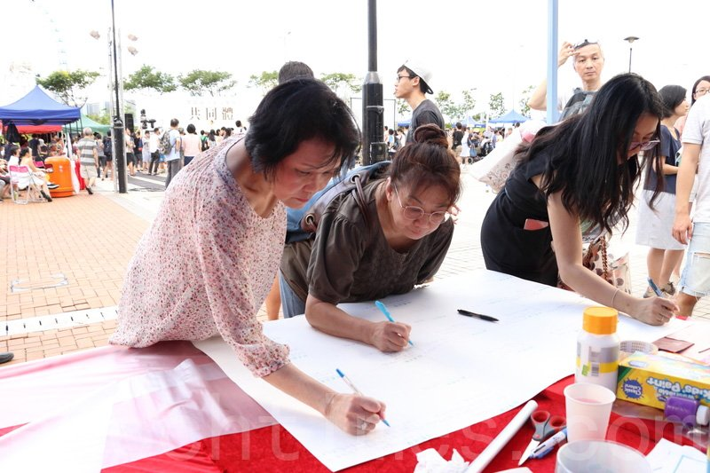 不少市民寫下祝福及鼓勵的字句,鼓勵在囚抗爭者及其家人。(蔡雯文/大紀元)