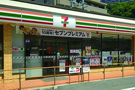 為防止顧客購物結束後疏忽走到馬路上,日本這家7-11貼心地設立圍欄,不擔心因此影響生意。(I's Studio/twitter)