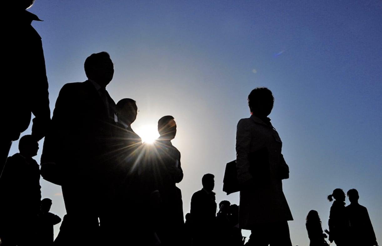 北京體制內開明派老人李銳被傳可能獲邀參加十九大。圖為北京天安門廣場上的人群。(AFP)