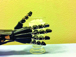 最新人造皮膚 給機器手臂帶來觸覺