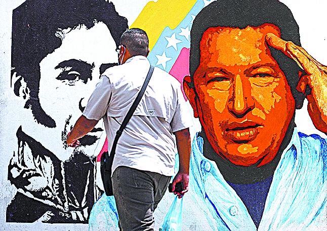 委內瑞拉前總統查韋斯(畫像右)學中共搞大鍋飯,最終成了中共「埋單」的一場鏡花水月。(AFP)
