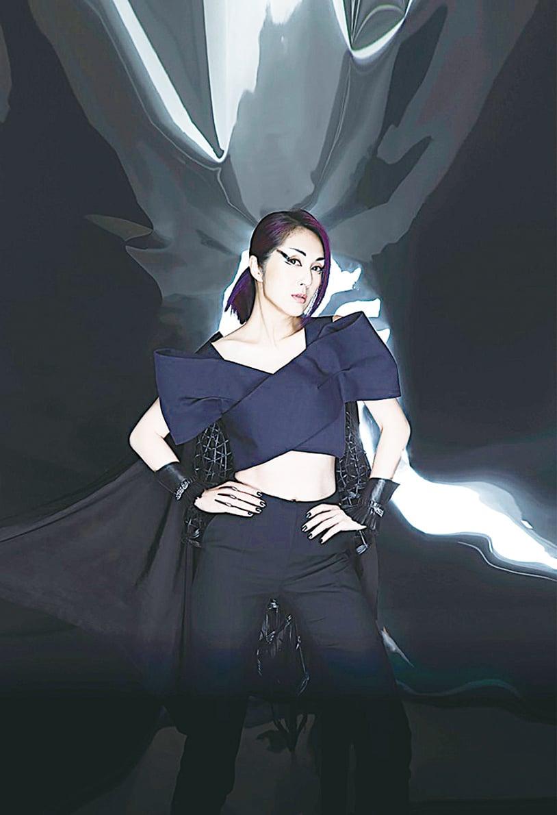千嬅的造型有型硬朗,好像一個女中英雄。(圖片來源:互聯網)