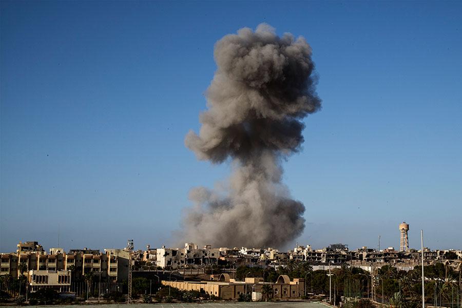 周五(9月22日),美國軍方在一份聲明中表示,美軍對利比亞一個伊斯蘭國(IS)陣營進行了六次精準空襲,擊斃17名武裝份子,摧毀三輛車。圖為去年9月底一次空襲。(AFP PHOTO / Fabio Bucciarelli)