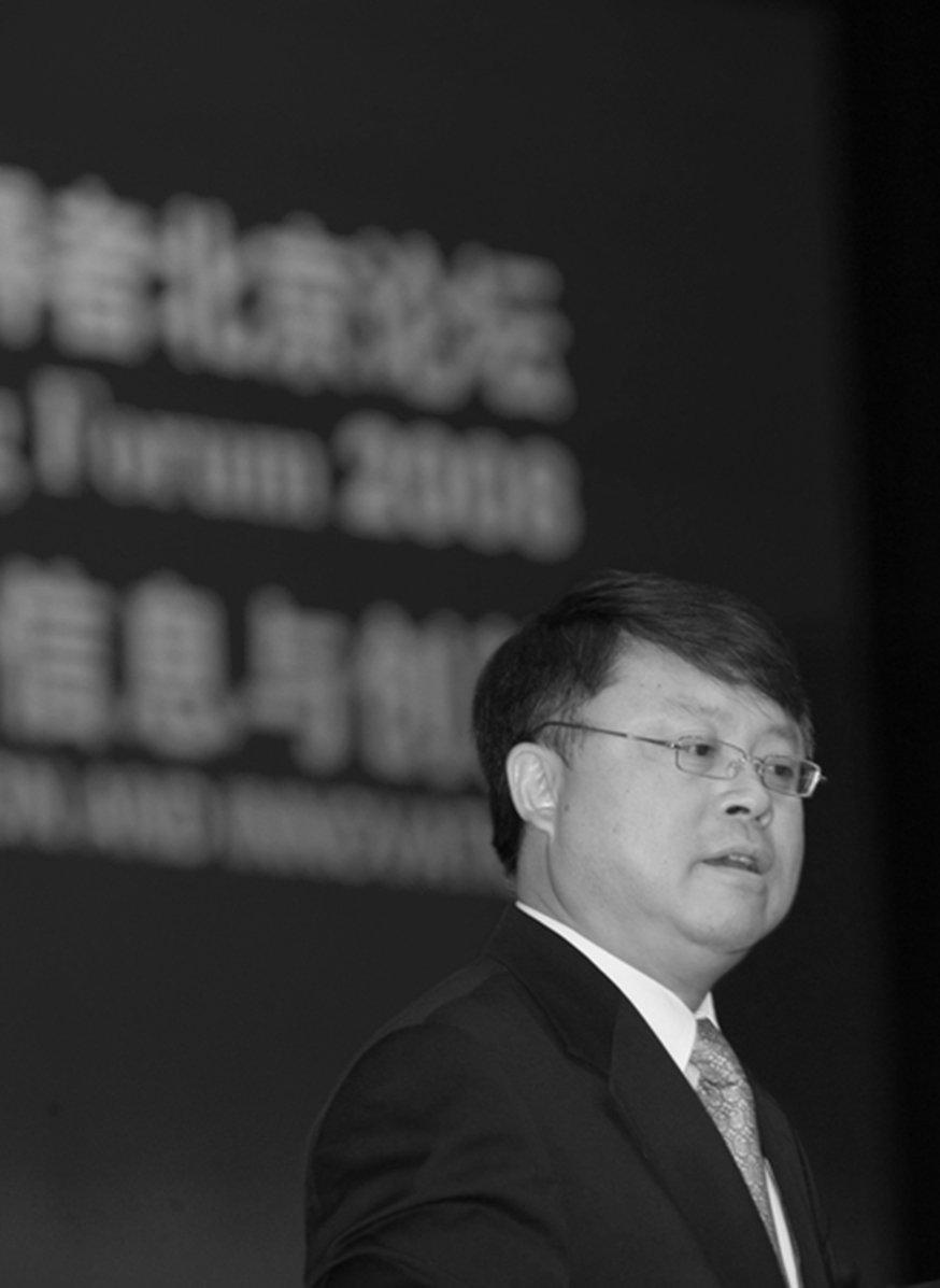 前中共領導人江澤民手握黨政軍大權後,江綿恆深得其父貪慾真傳,也很快贏得「中國第一貪」的頭銜。圖為2008年11月11日,江綿恆在北京一場演講的照片。(大紀元資料室)
