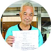 長洲居民郭卓堅昨日就何君堯涉虛報資歷而申請司法覆核,要求法庭取消其議員資格並下令退還薪酬。(蔡雯文 /大紀元)
