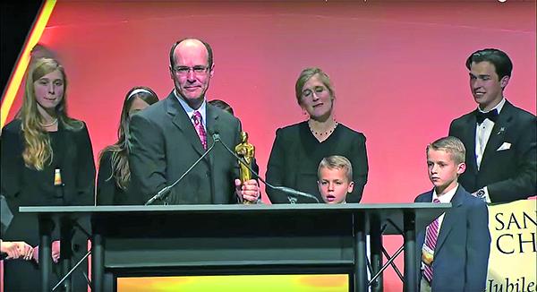 《蠶食美國》上映後引起轟動,並獲得了2010年聖安東尼奧獨立製作基督教電影節大獎。(Youtube截圖)
