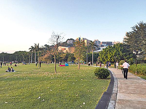 數碼港海濱長廊草地,可一家野餐玩燈籠。(香港遊車河網誌)