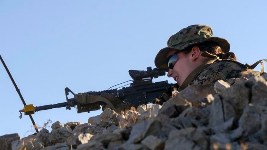 通過海陸訓練的女兵。(美國海軍陸戰隊推特視像擷圖)