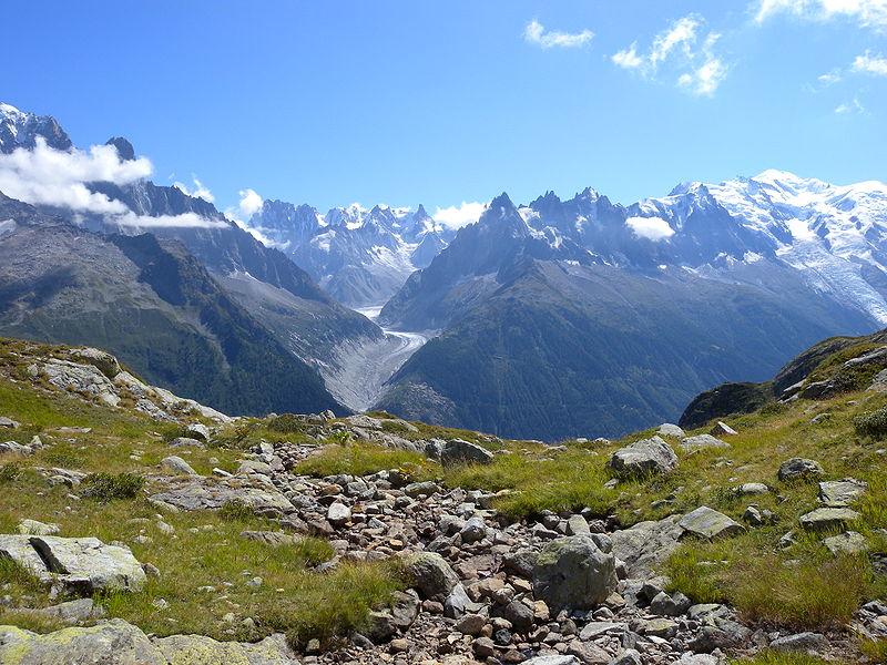 在剛過去的周六(9月23日),一輛巴士在奧地利阿爾卑斯山區行駛途中,司機突然昏厥,在巴士即將衝破圍欄墜落懸崖之際,一名乘客阻止了這場災難。圖為阿爾卑斯山一景。(Gnomefilliere/Wikimedia Commons)