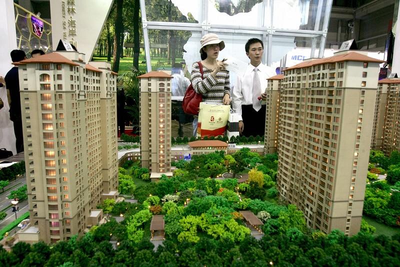受上周末多個城市突加碼調控樓市等消息影響,深滬港三家交易所的房地產股周一集體暴跌。(STR/AFP/Getty Images)