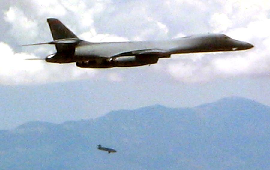 圖為美國B-1B超音速戰略轟炸機進行發射隱形導彈測試。(U.S. Air Force)