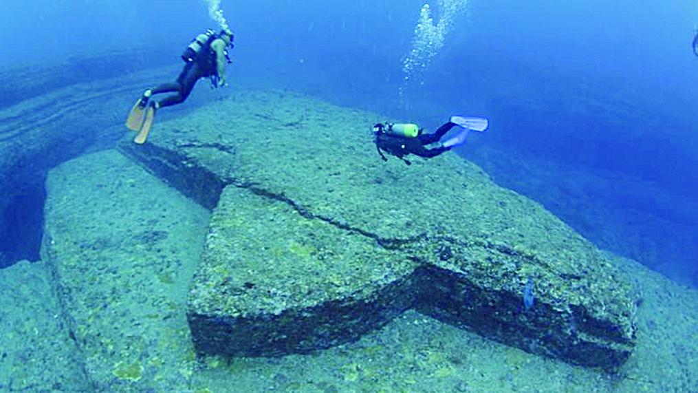 與那國島海底被稱為「龜之岩」的建築遺跡。(網絡圖片)