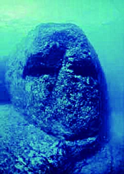 與那國島海底高達數米的人頭雕像。(網絡圖片)