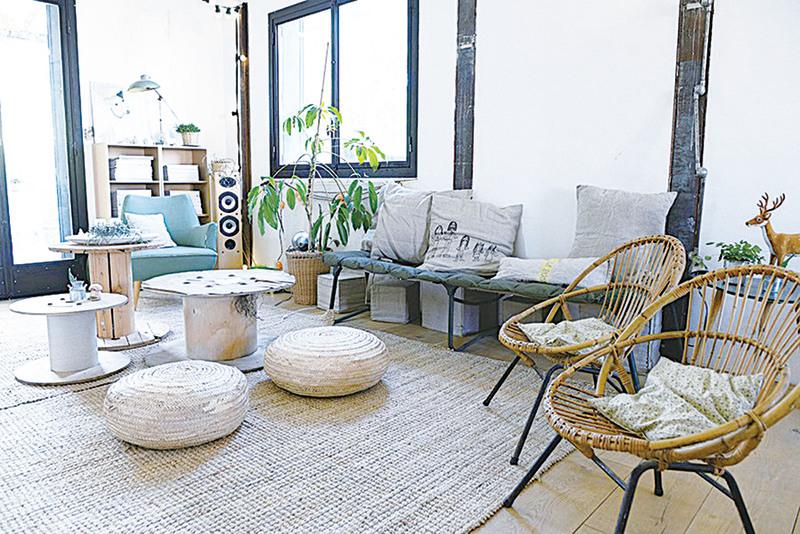 藤編椅,出自五○年代「Maltego」的設計,購自北法最大城鎮里爾的跳蚤市場。摩洛哥土產─椰子纖維製的地毯與抱枕,為室內增添了幾分舒適自在的氣息。  圖/采實出版社