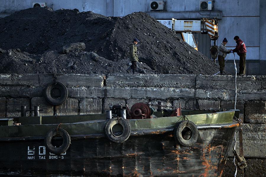 根據聯合國一個獨立監督機構的一份機密報告,2017年,中共、俄羅斯、敘利亞、緬甸以及北韓違反聯合國決議,進行煤炭、化學武器、導彈等交易,平壤總計獲利近2億美元。(MARK RALSTON/AFP/Getty Images)