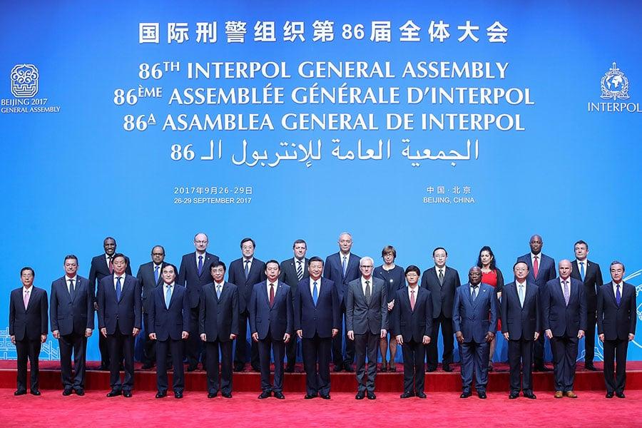 「國際刑警組織」北京開會,外界質疑該組織是否存在權力濫用。圖為9月26日,國際刑警組織第86屆大會北京開幕,習近平及與會者合照。(LINTAO ZHANG/AFP/Getty Images)