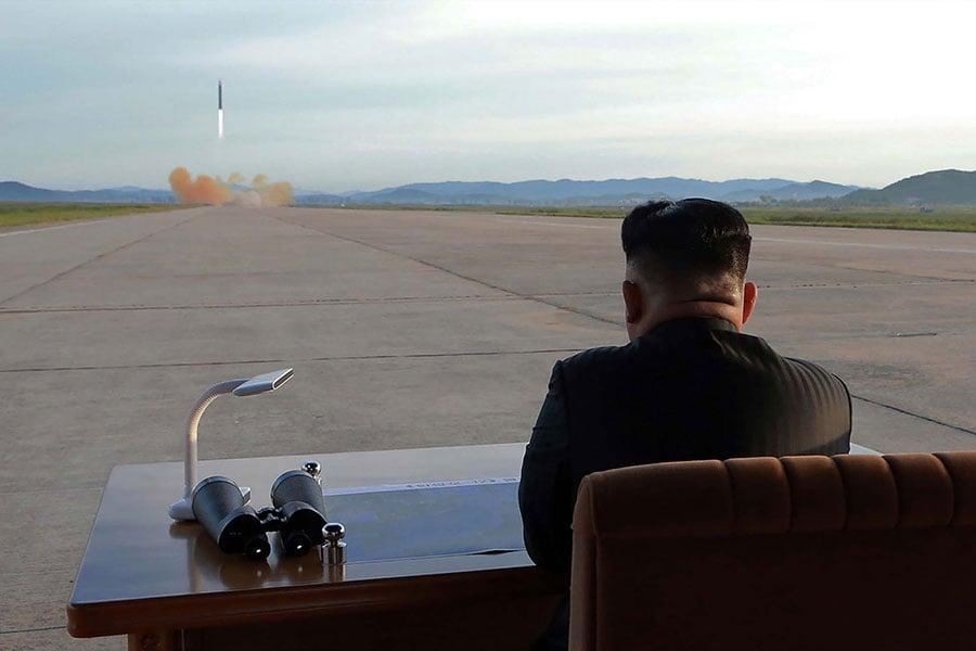 北韓上月進行第六次核試,近期更多次揚言將導彈瞄準關島、美國,不僅讓美國總統特朗普十分震怒,也讓中共處境十分尷尬。圖為北韓試射導彈。(STR/AFP/Getty Images)